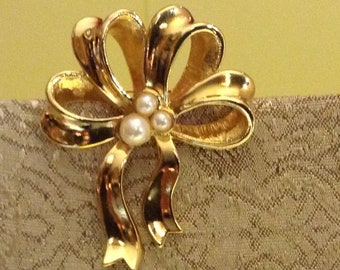 Avon (Pearly Bow) Gold with White Faux Pearl Ribbon Brooch
