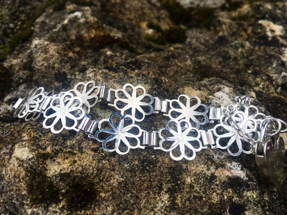 Silver flower bracelet with heart padlock clasp