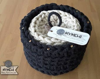 Coasters and basket of crochet matching in shades black and white broken. Blacky model.