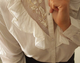 Vintage 1970s white cotton blouse with ruffles and floral embroidery details S M