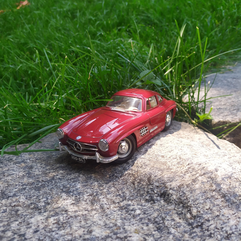 Burago, Italy, 1:24 scale. Collectible model of a 1954 Mercedes-Benz 300SL car.