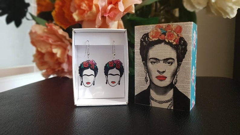 Minimalist portrait of Frida Kahlo. FRIDA KAHLO Earringsearrings Handmade with magic plastic Hand-painted