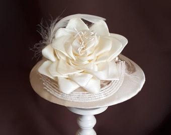 """Fascinator Braut Kopfschmuck Creme Ivory Hellbeige Satin Federn Headpiece Hut """"Belle"""" romantisch elegant festlich Hochzeit Brautmode Taufe"""