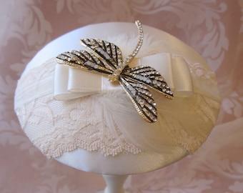 """Fascinator Braut Kopfschmuck Creme Ivory Strass Libelle Satin Federn Headpiece Hut """"Valérie"""" romantisch elegant festlich Hochzeit Brautmode"""