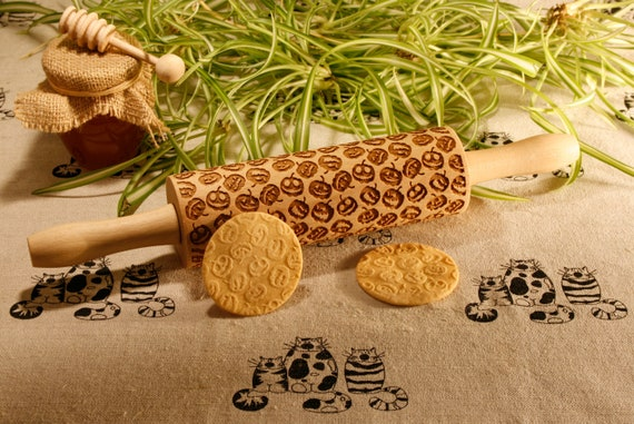 Pumpkin pattern rolling pin. Halloween theme embossing rolling pin. Halloween. Jack-o'-lantern cookie stamp