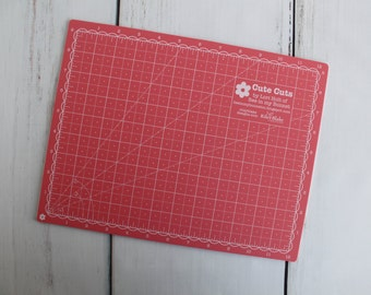 A5~PORTABLE~RED~CUTTING MAT~BOARD~PRINTED GRID LINES~QUILTING~CRAFT~CARDS~ART~