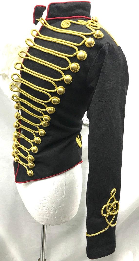 Steampunk militaire ceremoniële vrouwen Hussar jas in zwartrood met gouden vlechten contrast in te passen borstgrootte 36