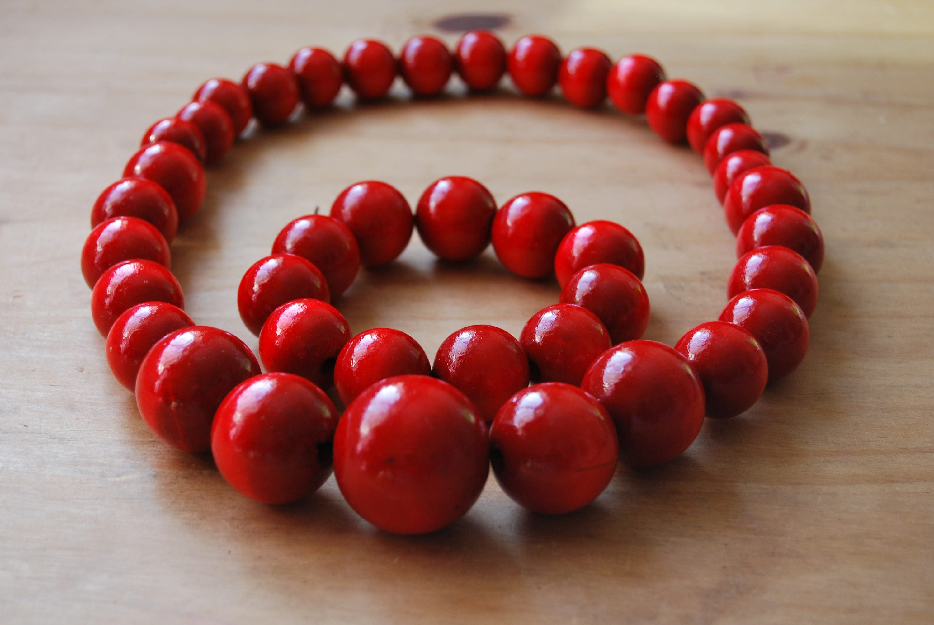 String Wooden Beads in Different Size whit Bracelet in Red Colour