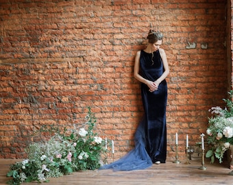 Azurita - Velvet dress with a train of tulle and embroidered with beads.