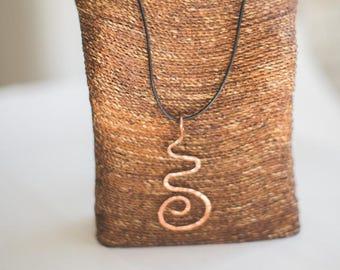 Femmes en cuivre «voyage» pendentif martelé