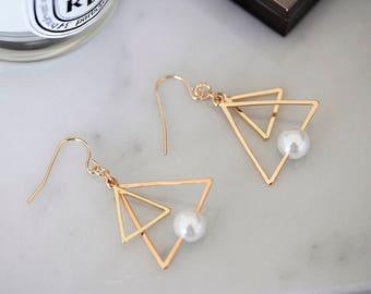Triangular earrings with pearl