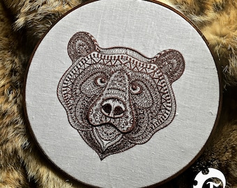 Bear embroidery wall art, decor, décor, embroiderie, broderie, ours, brun, brown, beige, white, hoop, textile art, gift, collection