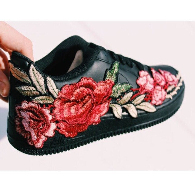 nike air force les 1 Noir flower broderies hommes 39; s les force femmes et 39; s les roses, les broderies de chaussures, des chaussures, des chaussures unisexes 3dea14