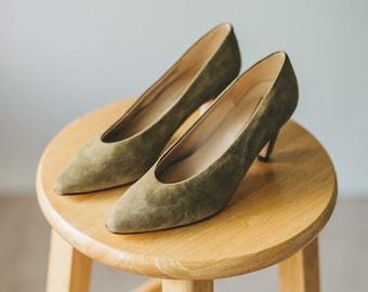 089aee29c05 Vintage 80s Pale Olive Green Suede Pumps w Low Heel