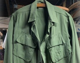 d1ea43e07c7 Small Short US Military Vietnam War Slant Pocket Field Utility Jacket Shirt  Tropical Combat Cotton Poplin 33-37 Excellent Condition