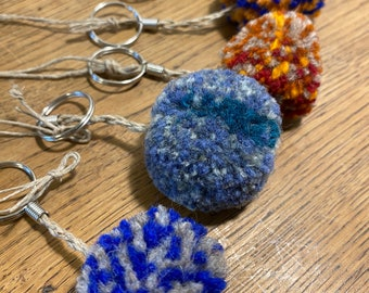 Multicolor geometric pompon key rings, handcrafted handcrafted in wool and linen