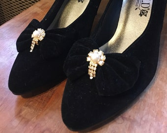 Vintage brand-new black velvet bow pumps with embellishment, 7 1/2