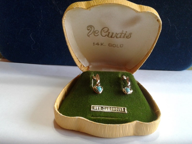 De Curtis Solid 14K Yellow Gold and Neo-Turquoise Midcentury Screw Back Dangle Heart Earrings in Original Box