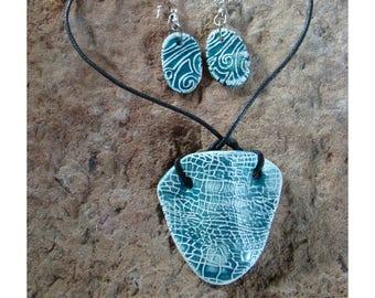 4343d18c03c5 Conjunto collar-pendientes cerámica artesanal