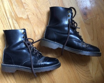 Vintage Dr. Martens 8-hole boots w  character sz. 7 women s bf42ef3994c2