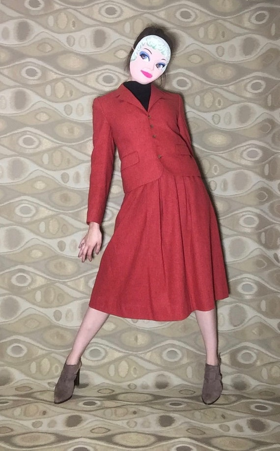 Woman mean Business : 1970's skirt suit