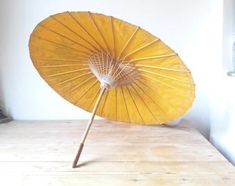 Ombrelle vintage/modèle thailandais jaune/décor floral et papillons/peint à la main/artisanal 1960