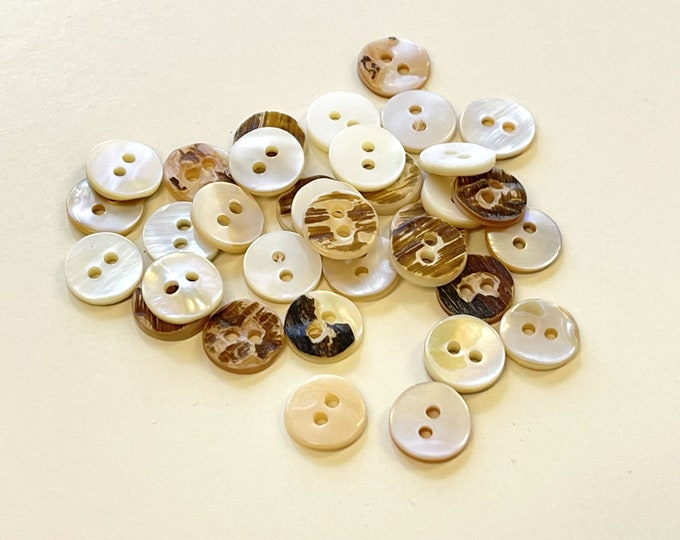 "Off white shiny imitation shell buttons 1/2""(20 ligne)"