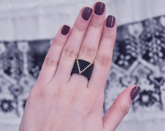 Loco_beads Triangle beaded miyuki ring in Black and Gold