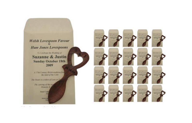 Engraved Welsh Lovespoon Wedding Favours with Personalised Envelopes 20 x MJ4L