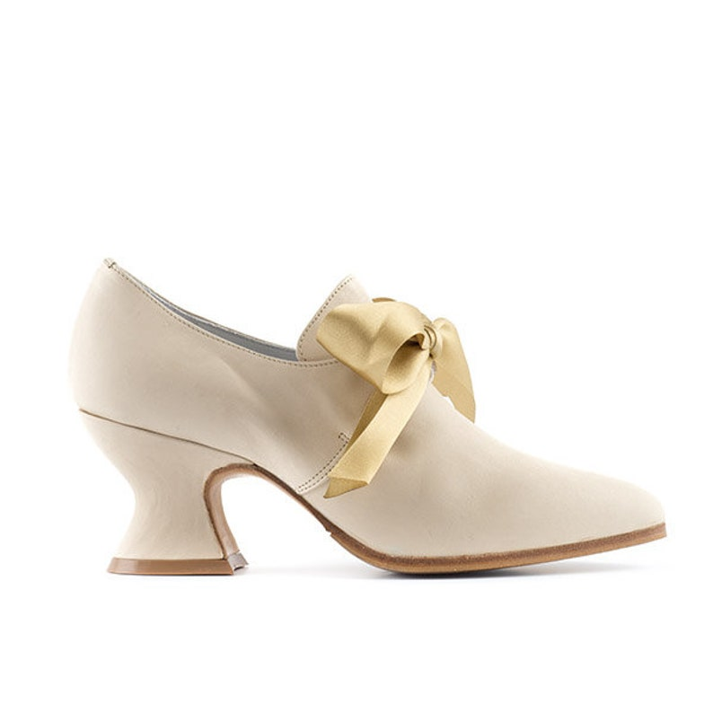 Paoul Jeanne 18th century cream leather woman shoes style image 0