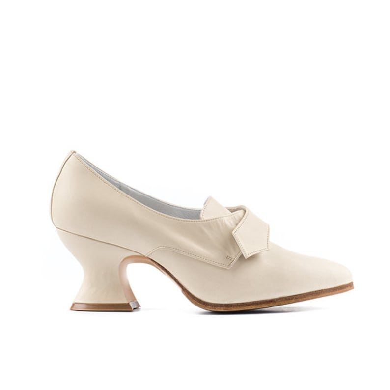 Paoul Lamballe 18th century cream leather woman shoes style image 0