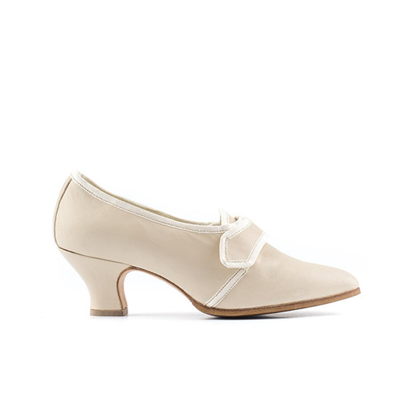 Paoul Gabrielle 18th century cream leather woman shoes style image 0