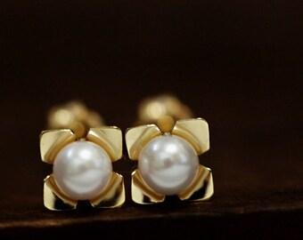 K18 akoya pearl floret stud earring , minimum&cute, pure 18k, made in japan