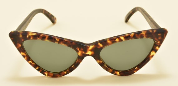 Kador M6104 Cat eye shape / high quality acetate tortoise frame / NOS / 90S / Handmade in Italy / really cool / Vintage sunglasses