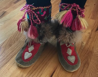 Unisex  Men size 9 Women size 10 Vintage Handmade Canadian Indigenous Beaded Mukluks Moose Deer Hide Beaver Fur