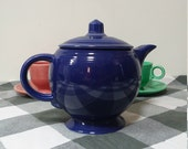 Original 1930s 1940s Fiesta teapot. Perfect for tea parties or for display in a mid-century kitchen.