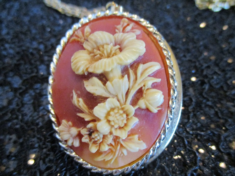 Flower cameo gold-tone locket and rope chain Estate Sale Item Jewelry N138 10K gold plate mounting Vintage Carved Cameo Locket