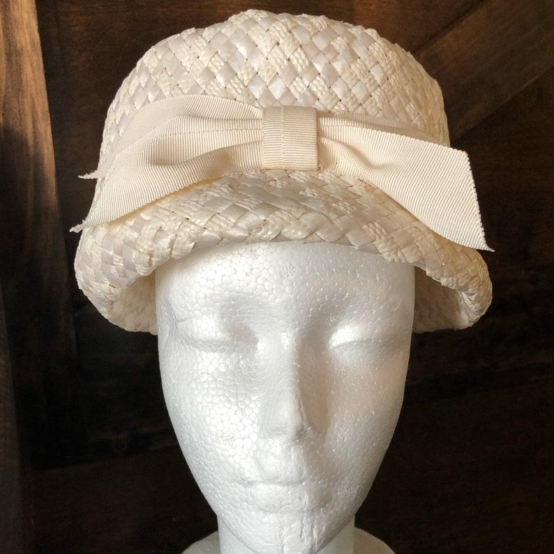 4692eeabd7882 Vintage 1960s ladies hat white raffia weaved peach basket