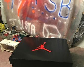 Boîte à chaussures géante customisée Jordan taille L (16 20 paires) b9411f69f114