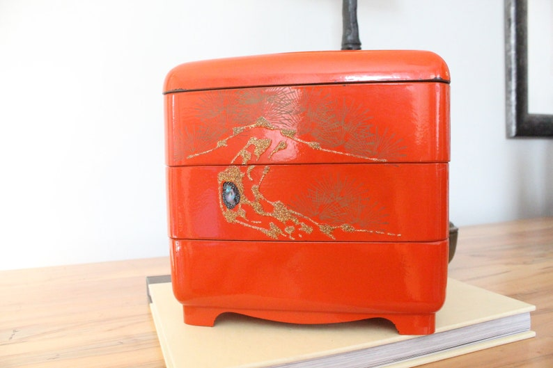 Charmant Vintage Red Japanese Lacquer Tiered Storage Box Jewelry Box Bookshelf Decor  Chinoiserie Style Crane Japan Eclectic Cosmo Cosmopolitan