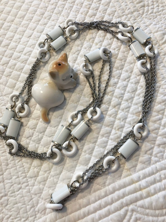 Vintage Hobe mod white necklace/long mod flapper n