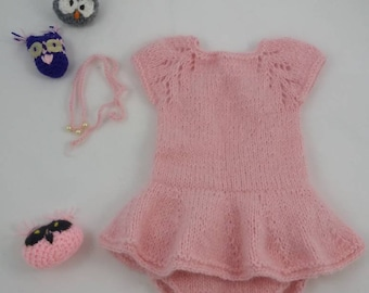 Knitted body for a baby or a doll. Ceeignet for photo shooting