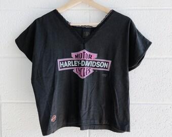 fcc1c8a9c73313 1990 Harley Davidson 3D Emblem Crop Top Pink Logo