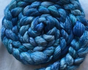 Handgefärbter Kammzug aus Blue Face Leicester mit Bambus in Blautönen