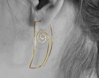Elegant minimalist earrings in hammered brass in square spiral shape, ancient raw gold creoles in geometric shape