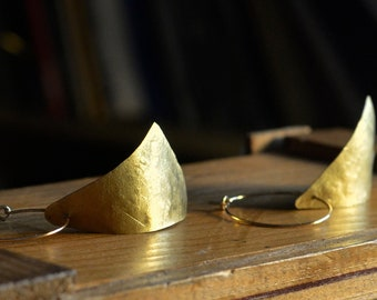 Hanging triangle earrings in hammered brass, recycled ecological jewelry, French craftsmanship, geometric contemporary jewelry