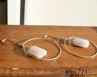 Brass creoles with semi-precious rectangular stones, fine minimalist earrings and elegant light geometry