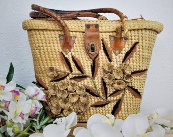 Vintage 1970s Woven Flower Basket Purse / Bohemian Hippy Accessories / Classic Retro Handbag / Boho Style / Antique Rattan Picnic Bag