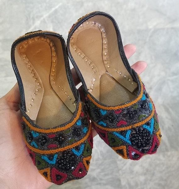 84e7e3128a6c2 Schwarzes Baby Khussa Schuhe   Indian baby Shoes. Kids punjabi juttis mit  Perlen. Baby Mädchen Leder jutti   Slip On jutti   Kleinkindjutti Schuhe