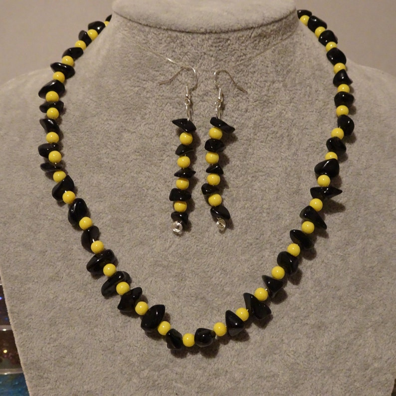A modern feminine stylish look for your lady a gift from the bottom of your Heart to your Sweetheart. Onyx Jade Necklace /& Earrings Set